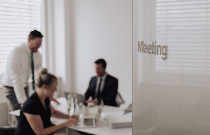 Die Anwälte der Kanzlei Jansen & Jansen in einem Meeting Raum