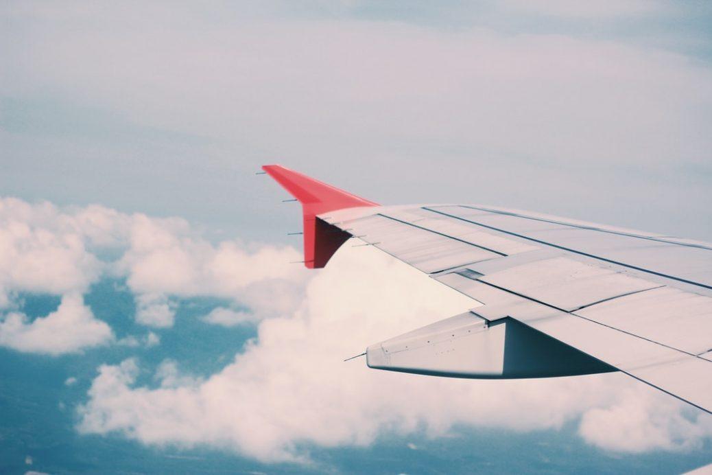 Der Flügel eines Passagierflugzeugs