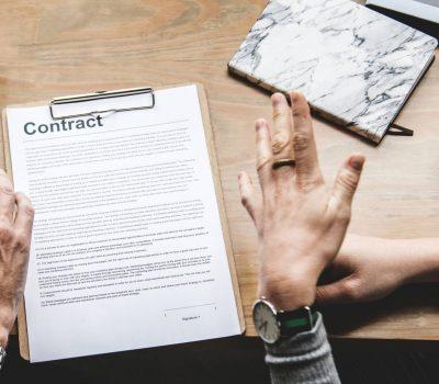 Ein Arbeitsvertrag wird diskutiert
