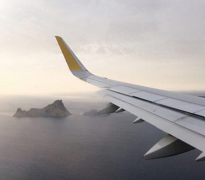 Die Flügelspitze eines Passagierflugzeugs