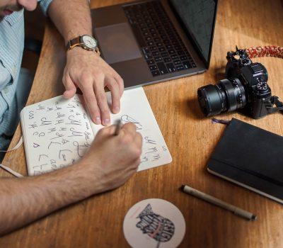 Ein kreativer Urheber entwirft eine Typographie in seinem Notizbuch