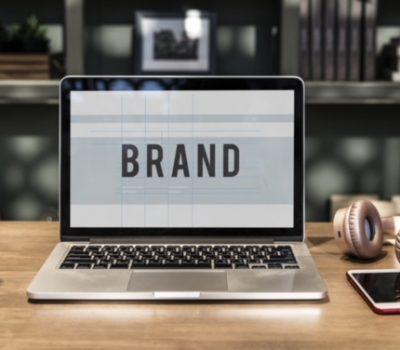 Eine Marke wird auf einem MacBook entworfen